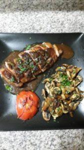 Magret de canard sauce miel et sa fricassee de champignons de Paris frais
