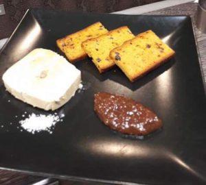 Foie gras de canard maison, chutney de figues, toast de pain d'épices