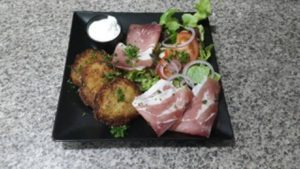Pomme de terre maison ! Servis avec jambon fumé et salade verte